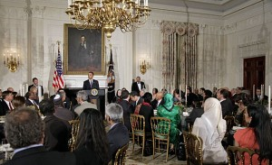 Präsident Obama waehrend eines Ramadan Dinners (J. Scott Applewhite / Associated Press)